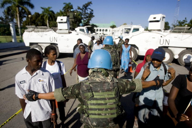 Brazilian peacekeepers from the United Nations Stabilization Mission in Haiti (MINUSTAH) distribute water and food in Port-au-Prince, Haiti. 22/Jan/2010. Port-au-Prince, Haiti. UN Photo/Marco Dormino. www.un.org/av/photo/