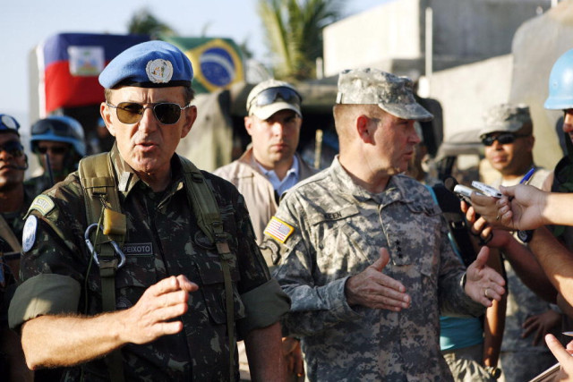 Major General Floriano Peixoto Vieira Neto (left), Force Commander of the United Nations Stabilization Mission in Haiti (MINUSTAH), and U.S. Army Lieutenant General Kenneth Keen (right), speak to the press in Cité Soleil, Haiti, where their troops are jointly distributing food and water.24/Jan/2010. Cité Soleil, Haiti. UN Photo/Sophia Paris. www.un.org/av/photo/