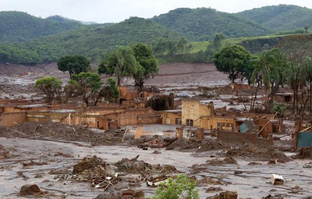 O rompimento da barragem de rejeitos da mineradora Samarco, cujos donos são a Vale a anglo-australiana BHP, causou uma enxurrada de lama que inundou várias casas no distrito de Bento Rodrigues, em Mariana, na Região Central de Minas Gerais. Inicialmente, a mineradora havia afirmado que duas barragens haviam se rompido, de Fundão e Santarém. No dia 16 de novembro, a Samarco confirmou que apenas a barragem de Fundão se rompeu.Local: Distrito de Bento Rodrigues, Município de Mariana, Minas Gerais.Foto: Rogério Alves/TV Senado