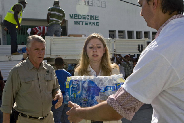 Chelsea Clinton (centre), daughter of UN Special Envoy for Haiti and former U.S. President William J. Clinton, helps to unload cases of water from a UN truck outside the General Hospital in Port-au-Prince, Haiti.18/Jan/2010. Port-au-Prince, Haiti. UN Photo/Logan Abassi. www.un.org/av/photo/